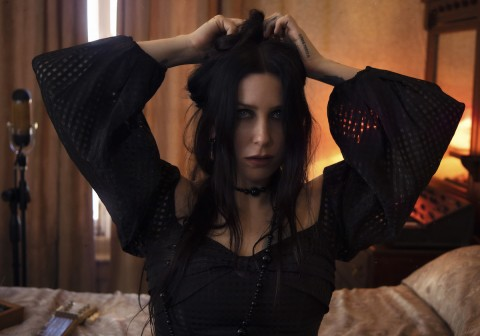 "Chelsea Wolfe unveils new video ""Deranged for Rock & Roll"""